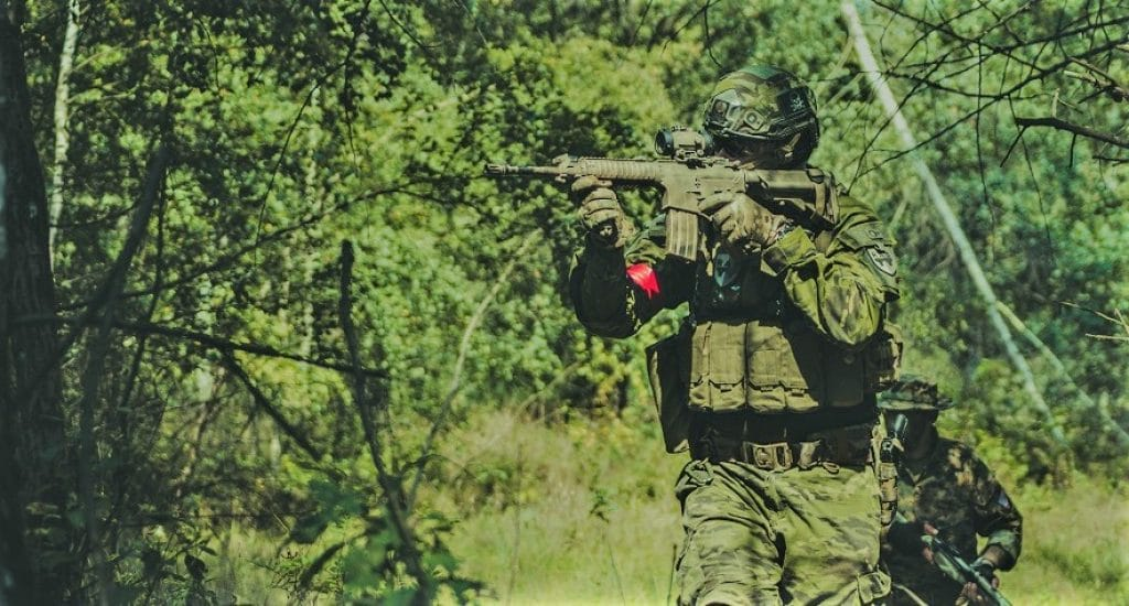 milsim airsoft player aiming his airsoft m4